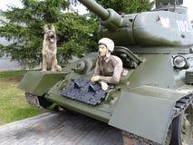 ÖvrePyshma, Ryssland - Juli 02, 2016: Sovjetisk arr för behållare T-34-85 1944 med besättningen - utställning av museet av militä Fotografering för Bildbyråer