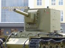 ÖvrePyshma, Ryssland - Juli 2, 2016: Sovjetisk behållare KV1 - utställning av museet av militär utrustning 1941-1945 Arkivfoton
