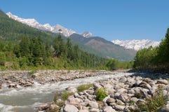 Övreräckvidderna av floden Beas i den Kullu dalen Himachal Pradesh Indien arkivfoton