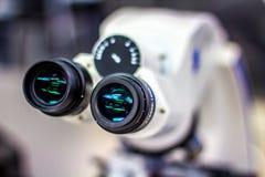 Övresikt av mikroskopet Arkivfoton