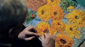 Övresiktsförlagen hugger kopian av den van Gogh solrosbilden stock video