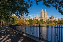 Övrevästra sida och Central Parkbehållare, nedgånglövverk manhattan royaltyfri foto