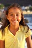 Última hora de la tarde azotada por el viento linda de la sonrisa de la chica joven Fotografía de archivo