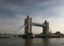 Última hora de la tarde en el puente de la torre imagen de archivo libre de regalías