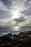 Última hora de la tarde en la playa rocosa Foto de archivo libre de regalías