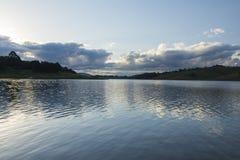 Última hora de la tarde en un lago en el campo de Sao Paulo Foto de archivo