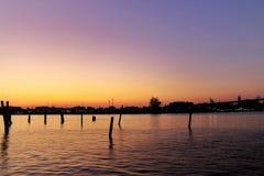 A última luz da paisagem antes do por do sol reflete na água no crepúsculo fotos de stock royalty free