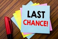 Última oportunidad del texto del aviso de la escritura Concepto para la conclusión del tiempo del plazo escrita en el papel de no Imágenes de archivo libres de regalías