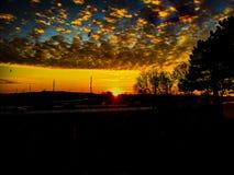 Última puesta del sol dramática con trenza y la carretera Imagenes de archivo