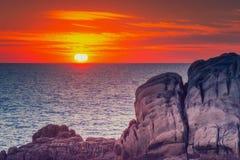 Última puesta del sol en el punto de vista en el santo-Guenole, Bretaña foto de archivo