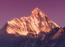 Última puesta del sol sobre la montaña Nanda Devi Fotos de archivo libres de regalías