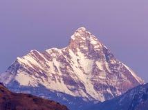 Última puesta del sol sobre la montaña Nanda Devi imágenes de archivo libres de regalías