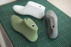 Última sapata três plástica no corte secundário de borracha que corta a esteira, o equipamento usado para o projeto da sapata foto de stock
