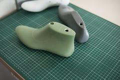 Última sapata três plástica no corte secundário de borracha que corta a esteira, o equipamento usado para o projeto da sapata fotografia de stock
