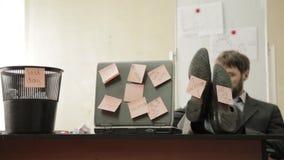 Último dia no trabalho, o homem de negócios no escritório joga os papéis no balde do lixo, sonhos das férias video estoque
