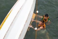Último DragonTug; El barco de las personas vuelca Fotos de archivo