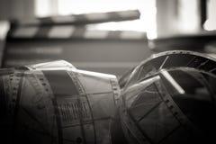 Último símbolo de la película del tiempo, objetos evocadores del rollo de película de 35 milímetros Fotos de archivo