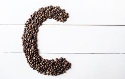 Últimos granos de café en la tabla foto de archivo libre de regalías
