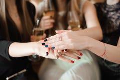 Únase al concepto de la unión de la caridad del cuidado de la campaña del cáncer de las manos imagen de archivo libre de regalías