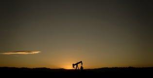 Única bomba e por do sol de petróleo Fotos de Stock Royalty Free