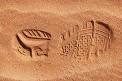 Única cópia da sapata na areia Imagens de Stock Royalty Free