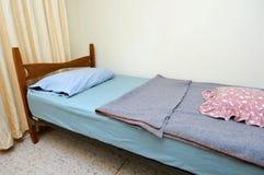 Única cama no quarto de motel fotos de stock