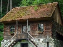 Única casa romena rural da família na madeira e na pedra Fotografia de Stock