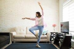 Única dança da mulher no apartamento novo Foto de Stock