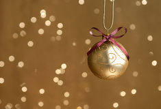 Única esfera do Natal do ouro com luzes Foto de Stock Royalty Free