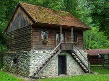 Única família bonita, casa tradicional, rural, romena no campo Imagem de Stock Royalty Free