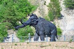 Única figura de um mammoth, um trajeto da composição escultural exterior em Khanty-Mansiysk, Rússia Imagem de Stock Royalty Free