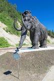 Única figura de um mammoth, um trajeto da composição escultural exterior em Khanty-Mansiysk, Rússia Fotos de Stock Royalty Free