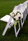 Única fileira de cadeiras do convidado para o casamento ao ar livre Fotografia de Stock