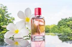 Única garrafa do perfume perfumado cor-de-rosa doce Fotos de Stock