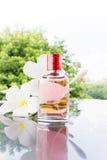 Única garrafa do perfume perfumado cor-de-rosa doce Fotografia de Stock