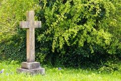 Única lápide transversal no cemitério Imagem de Stock Royalty Free