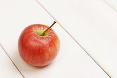 Única maçã fresca na tabela fotografia de stock
