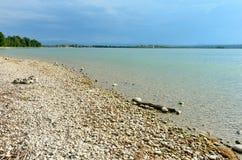 Única madeira da tração na praia de pedra Fotos de Stock Royalty Free