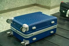 Única mala de viagem no carrossel de bagagem no salão das chegadas do aeroporto internacional fotos de stock royalty free