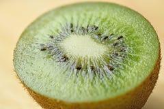 Única metade do fruto de quivi suculento maduro na tabela foto de stock