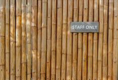 Única muestra del personal en la pared de bambú imagen de archivo