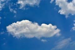 Única nuvem no céu azul imagens de stock