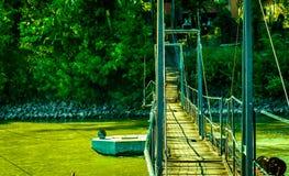 A única ponte à casa fotos de stock