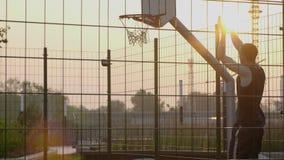 Única prática do basquetebol no campo de jogos urbano video estoque