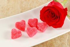 Única Rosa vermelha com cinco corações dos doces Imagem de Stock Royalty Free