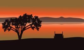 Única silhueta da árvore no lago Imagens de Stock Royalty Free