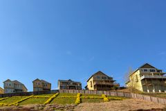 Únicas casas familiares no montanhês na vizinhança suburbana Imagem de Stock Royalty Free