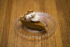 Únicas fatias de tarte de abóbora com chantiliy fotos de stock
