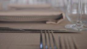 Único ajuste da tabela do lugar, decoração do restaurante da placa da forquilha da faca filme