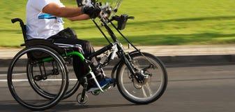 Único atleta da cadeira de rodas na ação durante uma maratona Fotografia de Stock